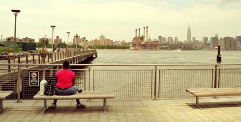 Femme contemplant Manhattan