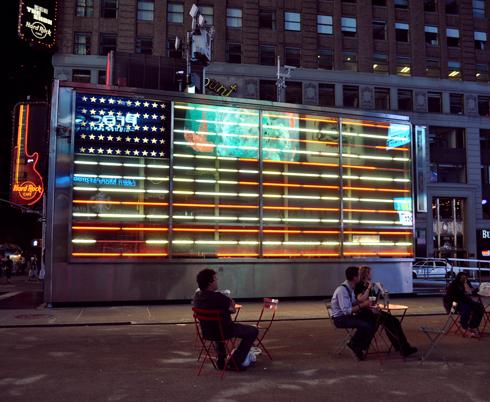 Drapeau en néons, Times Square