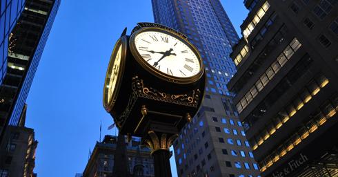 Horloge au milieu des grattes-ciel