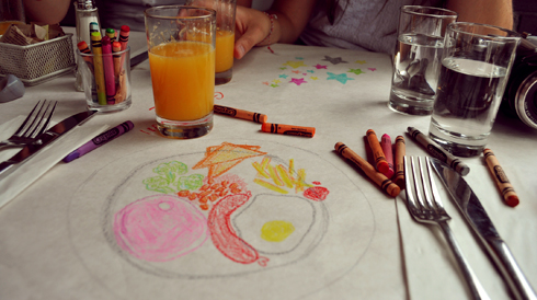 En attendant son plat, on dessine au Crayola!