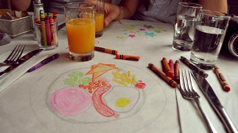 En attendant son plat, on dessine au Crayola!