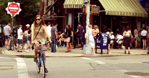 Fille à vélo, Williamsburg