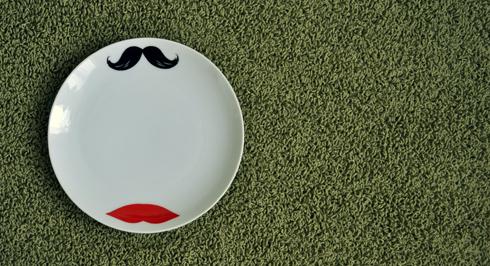 Marché aux Puces Place du Jeu de balle Bruxelles Assiette Moustache