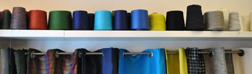 Bobines de fil de lin multicolores au Linen Dream Lab Paris