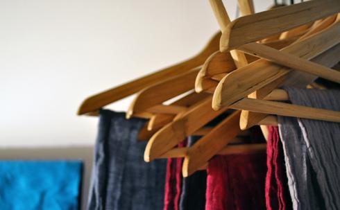 Etoles en lin sur cintres en bois