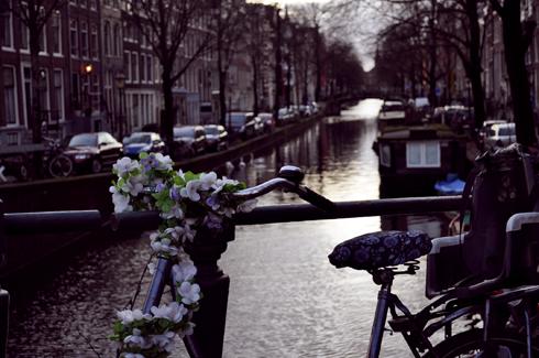 Amsterdam, vélo avec des fleurs