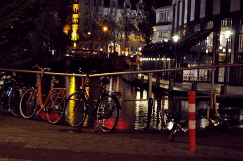 Amsterdam, vélos la nuit