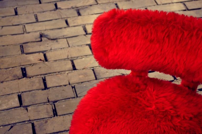Siege en fourrure rouge - Wonder Vintage Market Paris Bastille