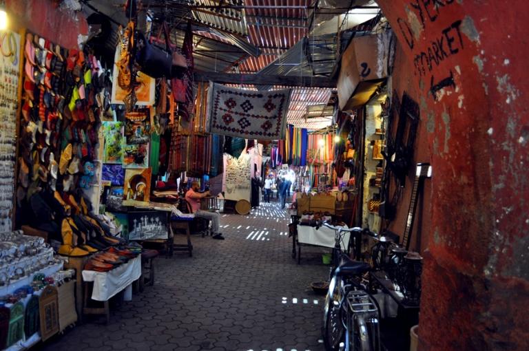 Ruelle dans le souk de Marrakech