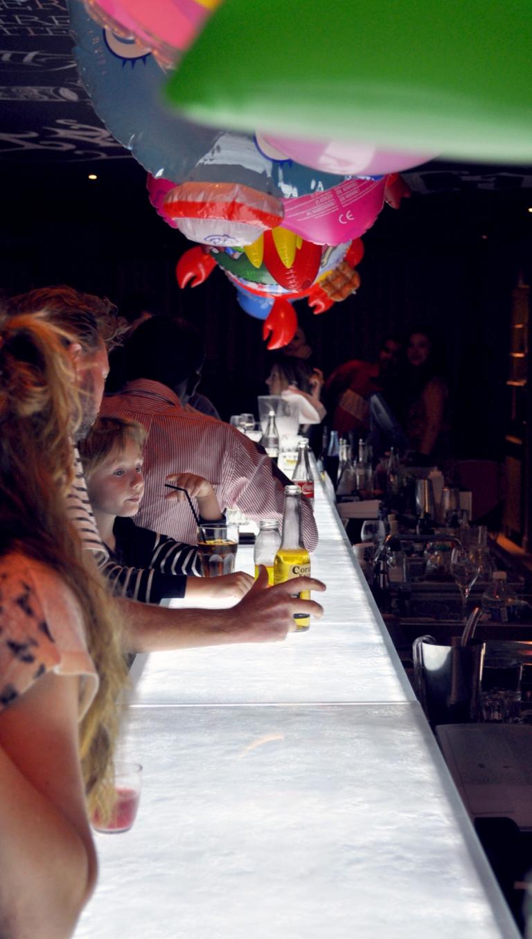 Mama Shelter Marseille - Le bar design et ses bouées sur néon