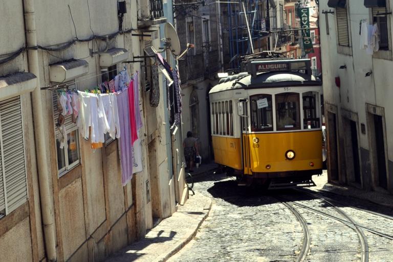 Tramway 28 dans l'Alfama Lisbonne